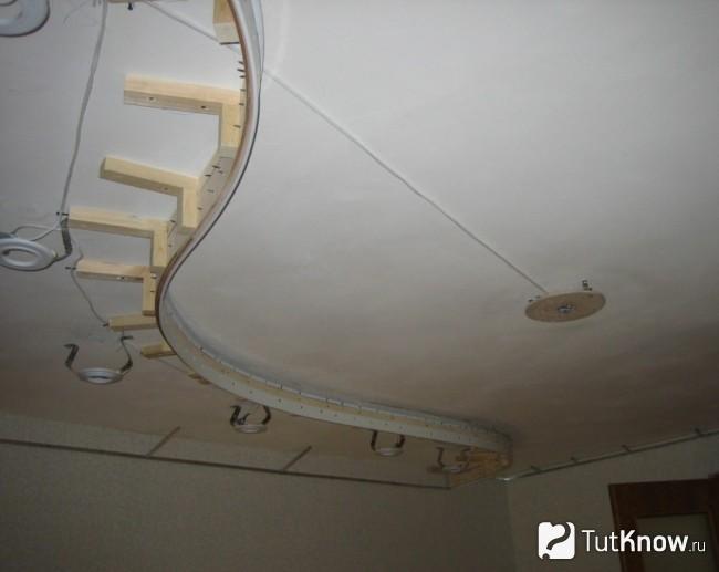 Монтаж электрической проводки под натяжным потолком