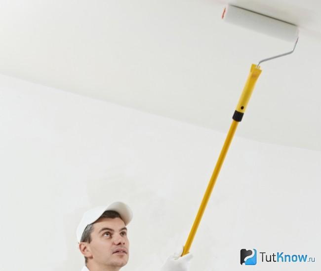 Грунтовка потолка перед поклейкой обоев