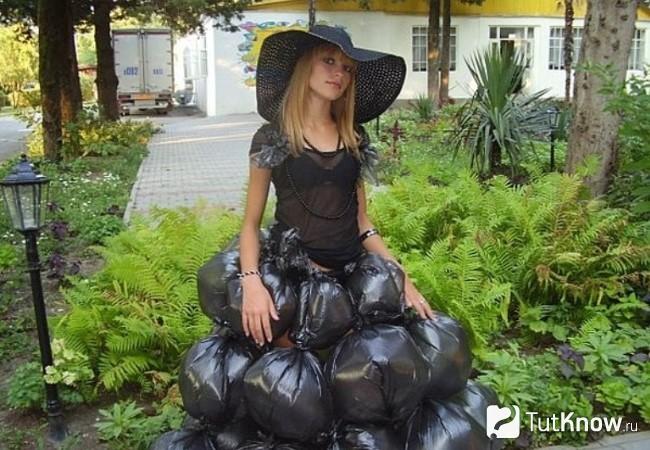Девушка в пышном платье из мусорных пакетов