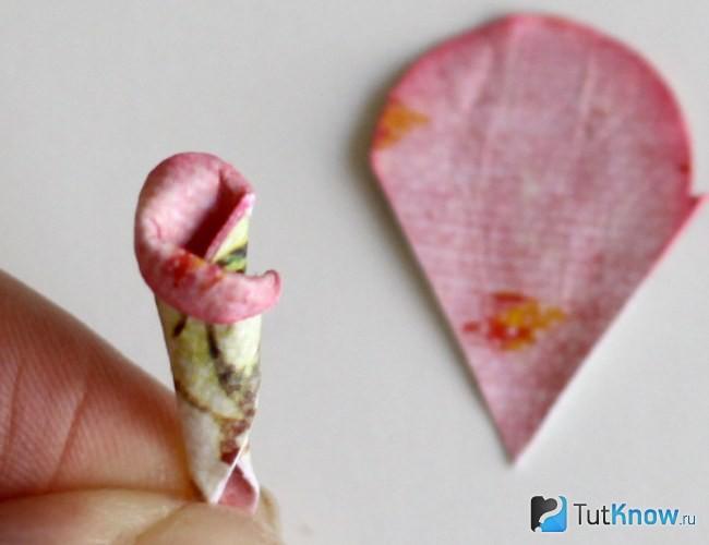 Склеиваем сердцевину с цветком