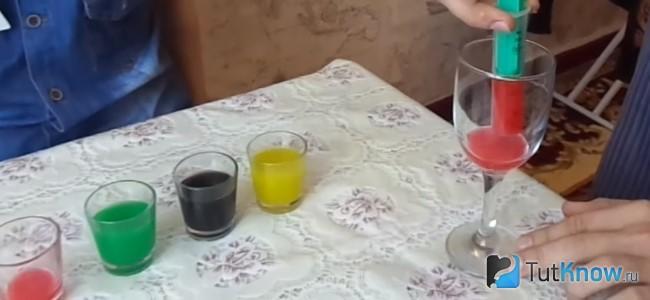 Красную жидкость наливают в фужер