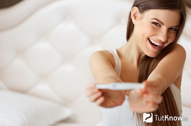 Девушка с тестом для беременности