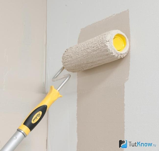 Нанесение базовой краски на стену
