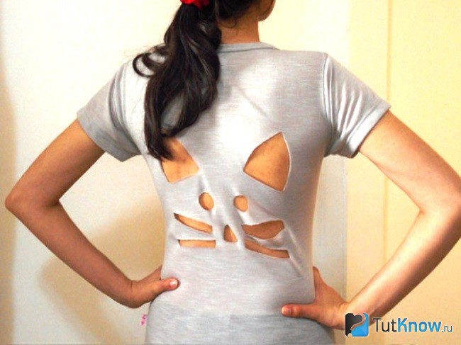 Вырезанный котик на спине футболки