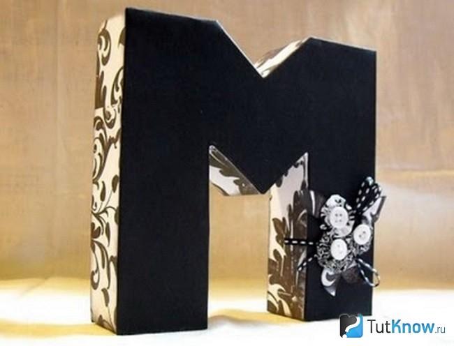 Буква М обклеена бумагой и обоями
