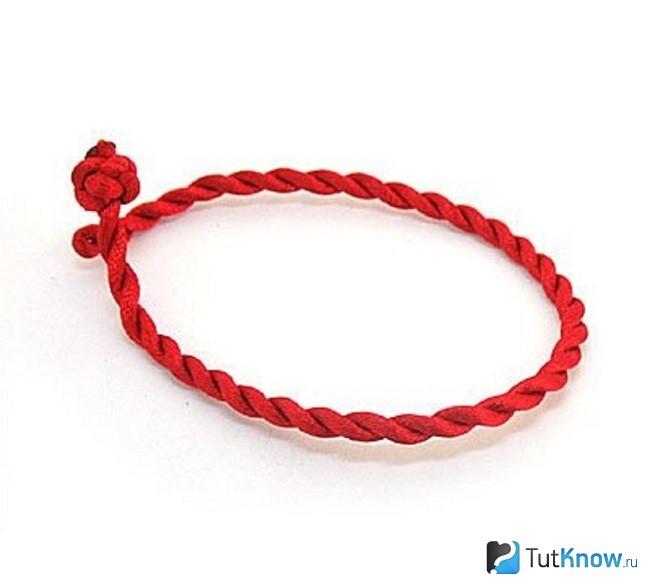 Амулет-браслет на руку из красной нити
