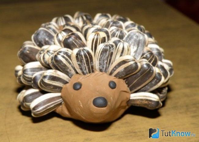 Ёжик из пластилина и семечек