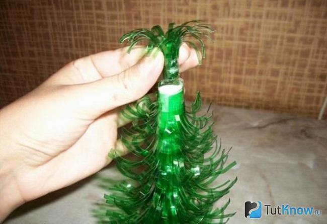 Формирование верхушки ёлочки из пластиковой бутылки