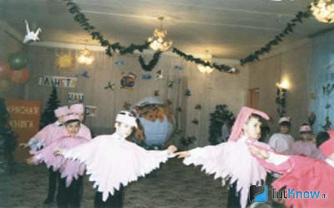 Танец детей в костюмах птиц