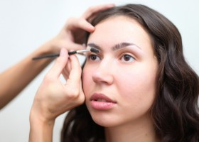 Как удалить перманентный макияж бровей