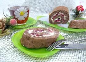 Шоколадный рулет с масляным кремом и вишнями