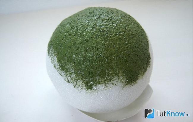 Окрашивание пенопластового шара в зелёный цвет