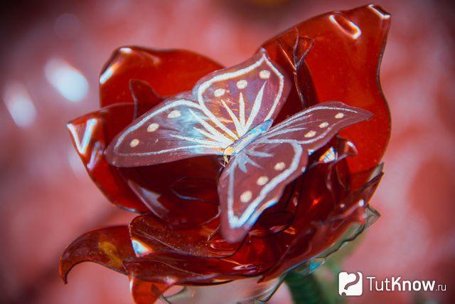 Красный цветок из пластиковой бутылки