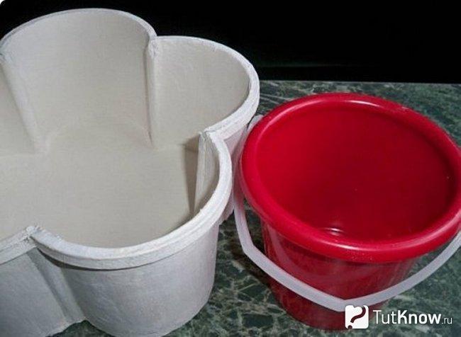 Основа шкатулки и красное пластиковое ведёрко