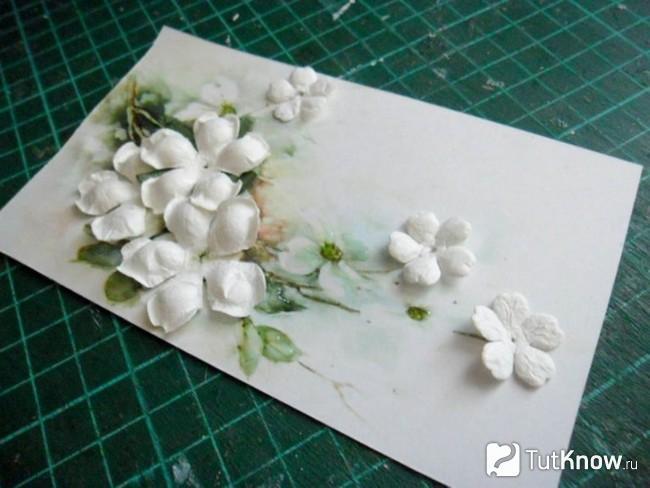Белые цветочки на открытке