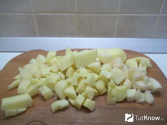 Картошка нарезана кусочками