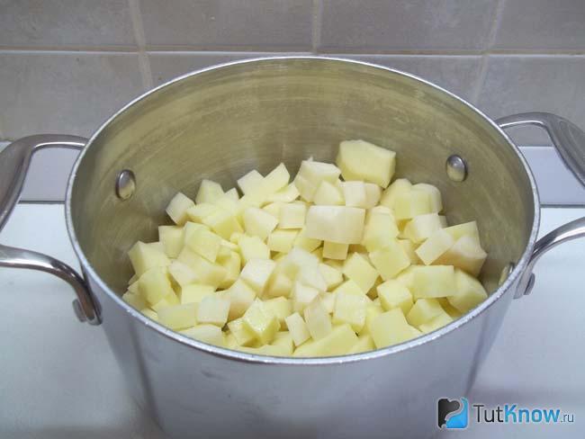 Картошка сложена в кастрюлю