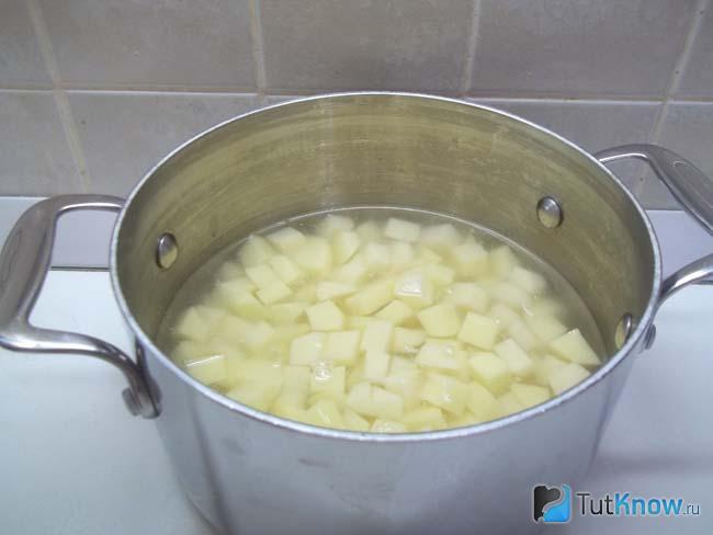 Картошка залита водой
