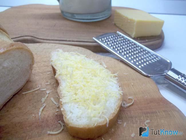 Хлеб присыпан сыром