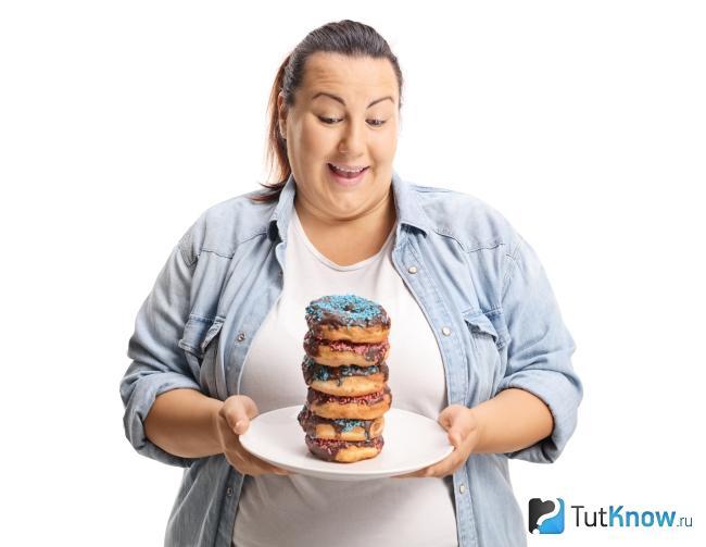 Толстая женщина с выпечкой