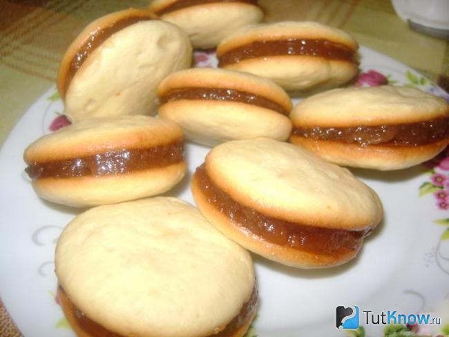 Шоколадное бисквитное печенье с начинкой